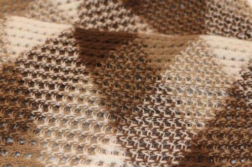 Handgemachter Babyalpaka Schal, Motiv Dreieck, braun, nah