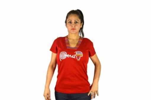 Frau mit Manta Shirt rot