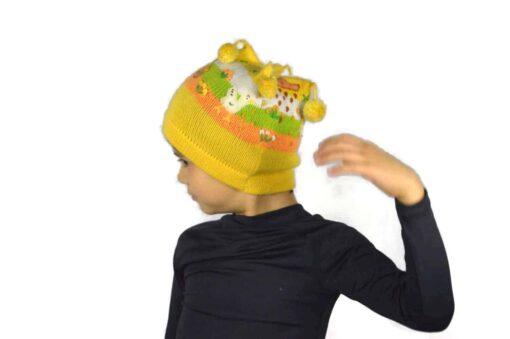 Bestickte Kindermütze gelb