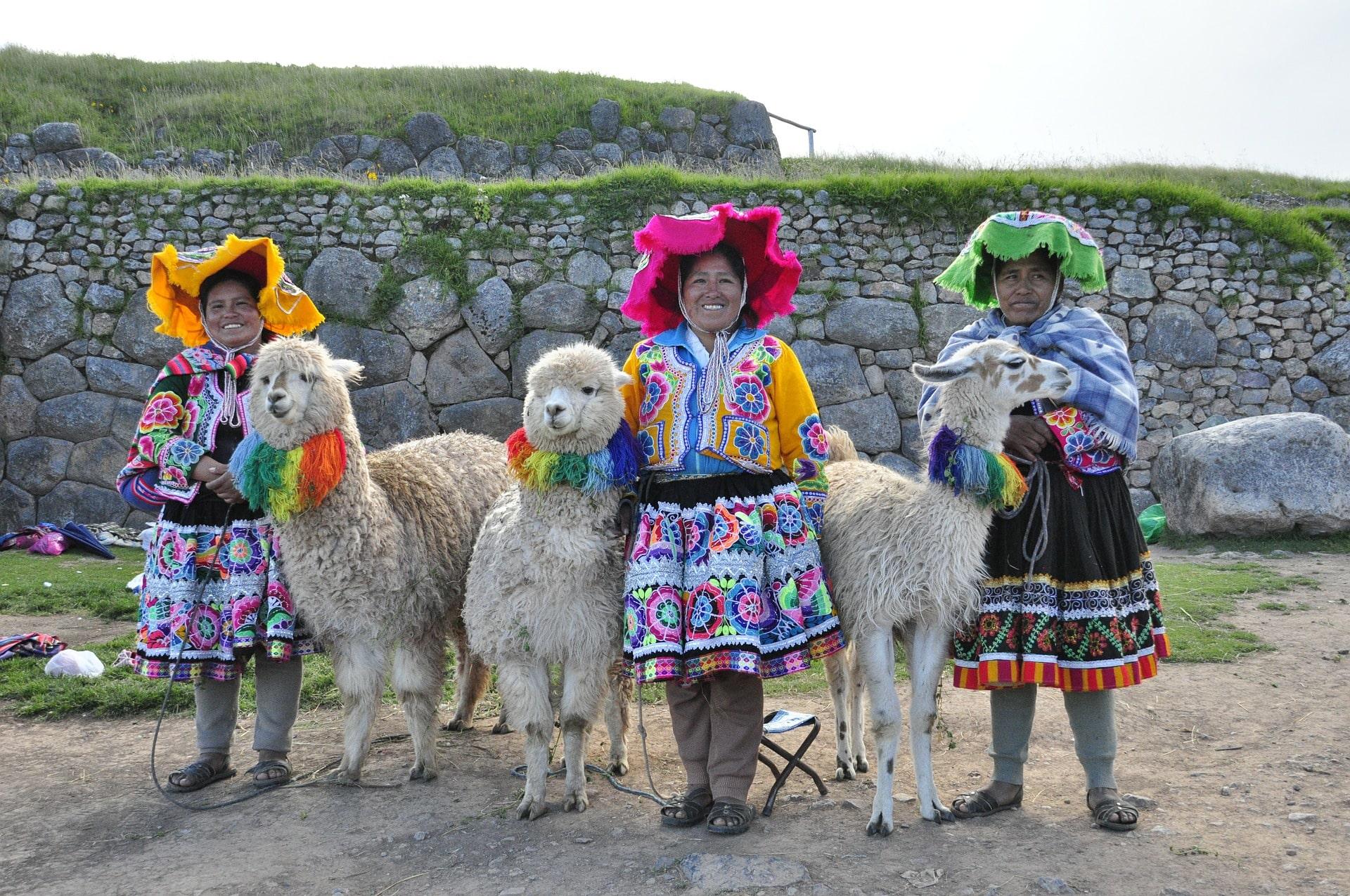 3 Frauen mit Alpaka in Peru Traditionell gekleidet