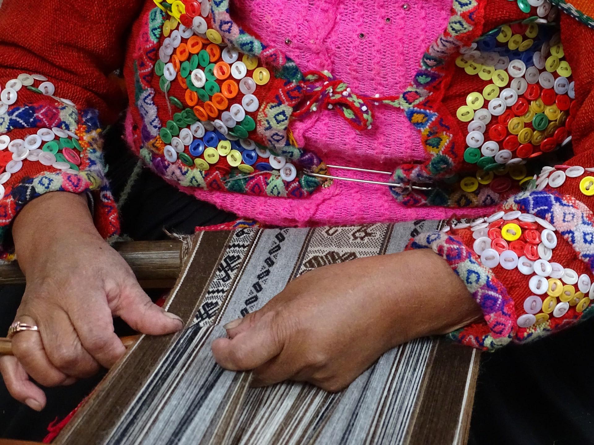Fair Trade Alpaka Kleidung Peru Frau webt