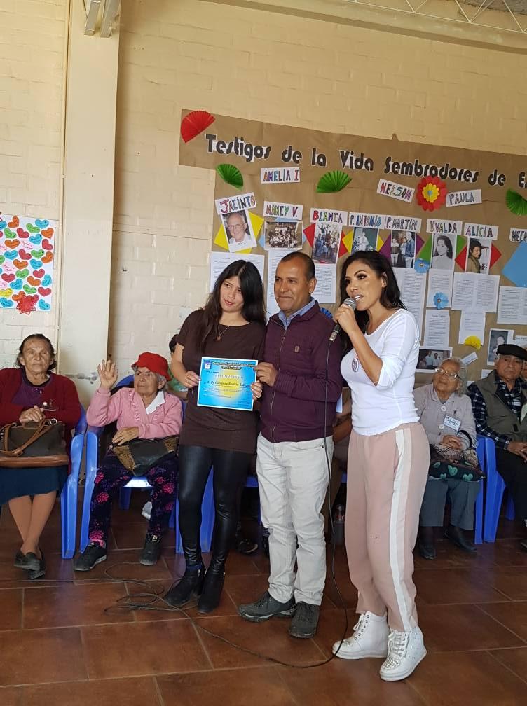 Kelly Bardales Unterstützung im Altenheim - Orgullo Peruano 2019