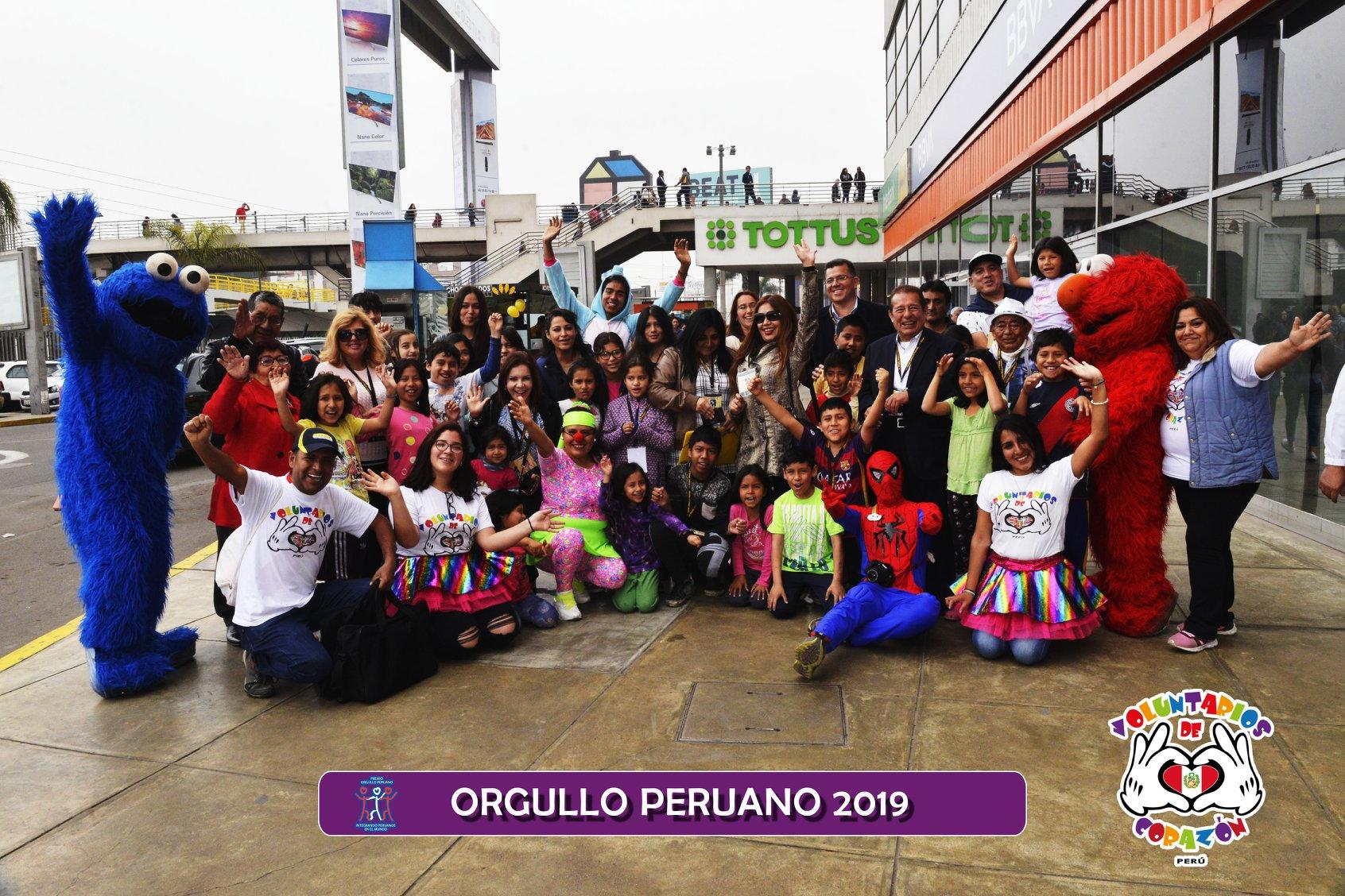 Kelly Bardales mit Voluntarios de Corazon - Orgullo Peruano 2019
