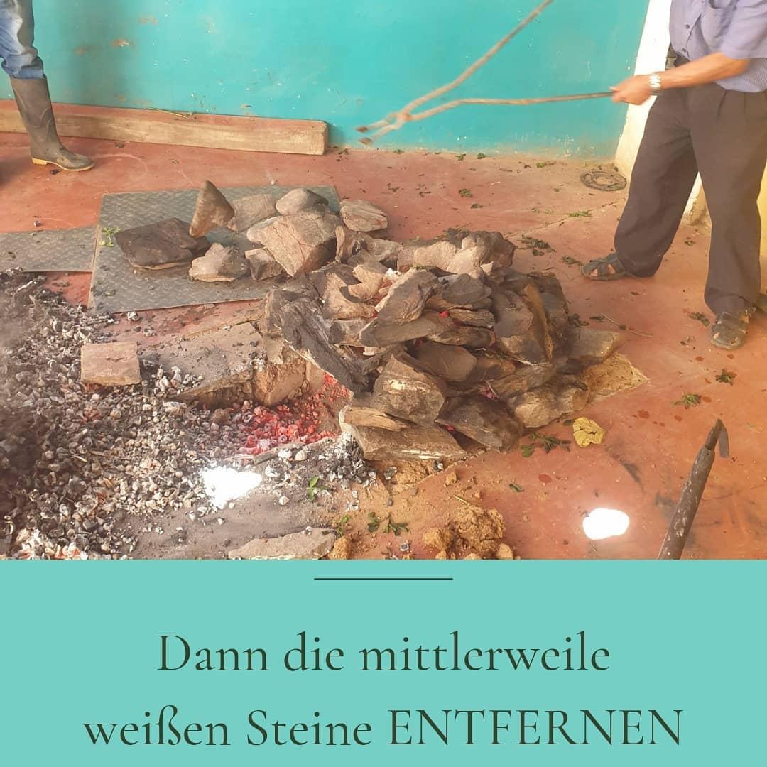 Pachamanca: heiße Steine entfernen
